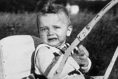 arnold schwarzenegger als baby van 18 maanden