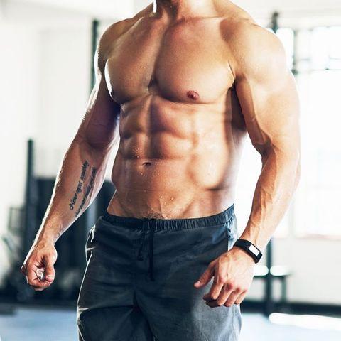hombre con abdominales bien marcados