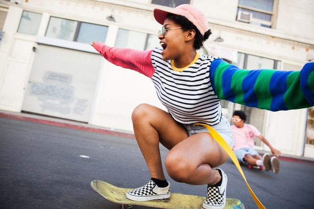 enthousiaste jonge vrouw rijdt op skateboard
