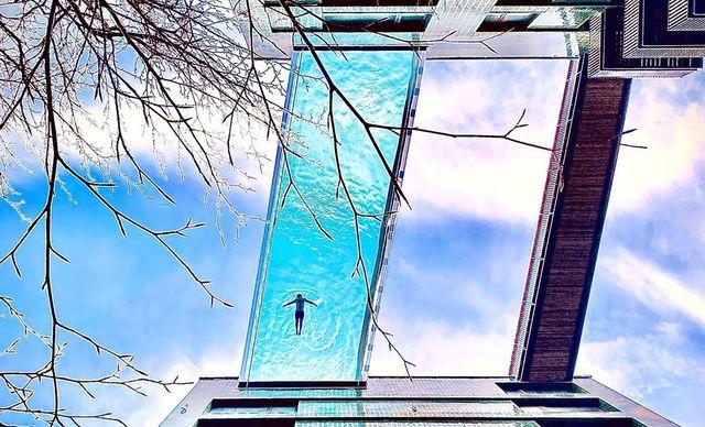 una piscina suspendida entre dos edificios en londres
