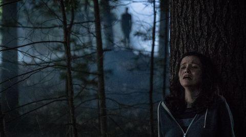 una chica huye en un bosque de slender man