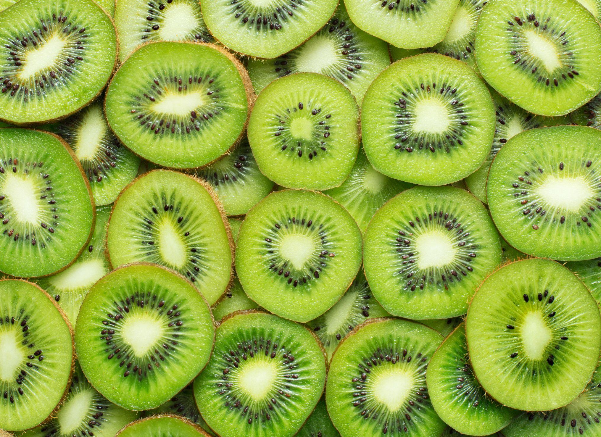 es bueno comer kiwi antes de dormir