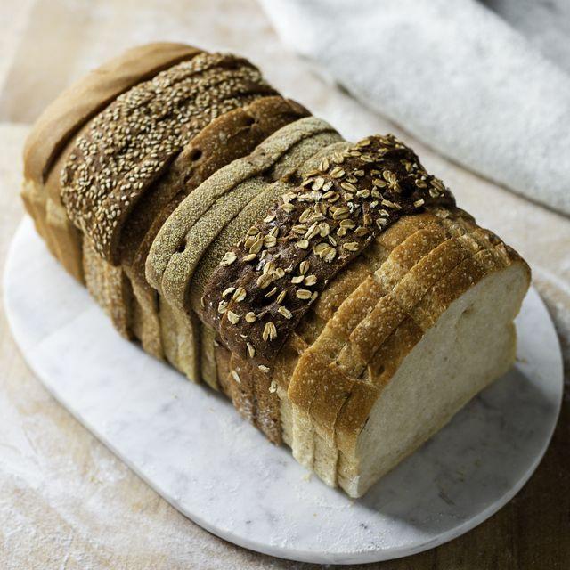 varias rebanadas de pan de molde sobre un plato