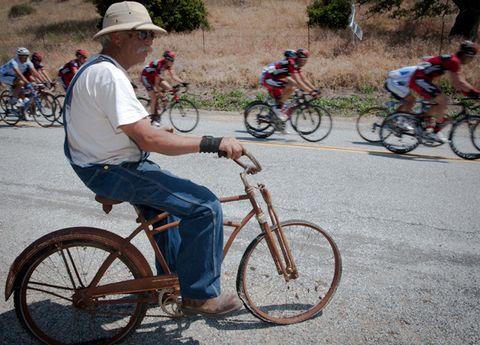 Wheel, Tire, Bicycle tire, Bicycle wheel, Bicycle wheel rim, Bicycle frame, Bicycle fork, Bicycle handlebar, Land vehicle, Bicycle,