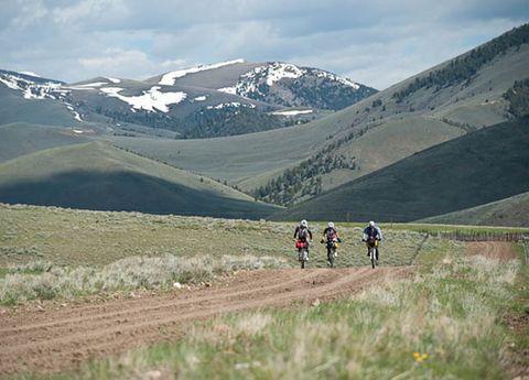 Mountainous landforms, Mountain range, Highland, Mountain, Bicycle, Soil, Bicycle racing, Cycle sport, Bicycle frame, Bicycle clothing,