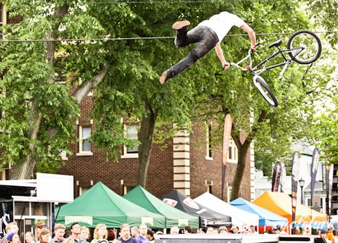 Bicycle wheel, Bicycle frame, Recreation, Tent, Stunt performer, Public space, Bmx bike, Bicycle fork, Bicycle part, Bicycle,