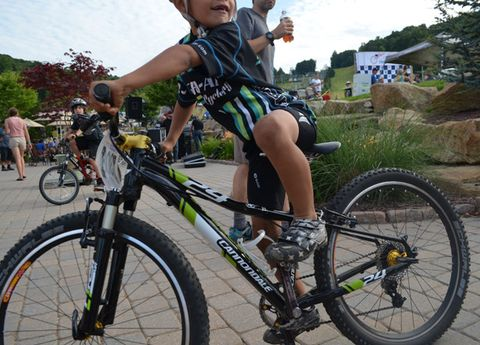 Footwear, Tire, Bicycle tire, Bicycle frame, Wheel, Bicycle wheel, Bicycle wheel rim, Bicycle fork, Bicycle part, Bicycle handlebar,