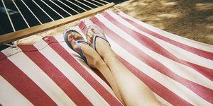 Vrouw met slippers aan in hangmat
