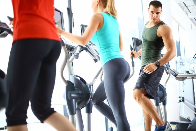 mujeres entrenando en el gimnasio y u hombre les mira las nalgas