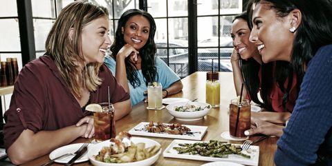 レストランやバーに集まる|エンゲル係数が高い人が陥りがちな傾向
