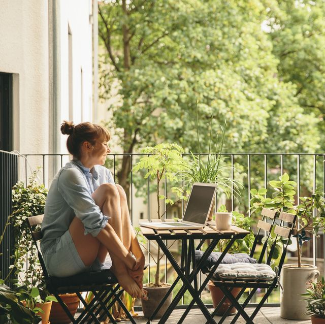mujer sentada balcón