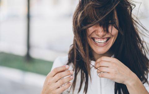 Chica con pelo al viento