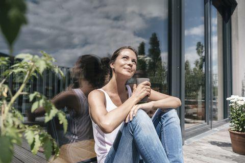 Mujer tomando el sol en el balcón