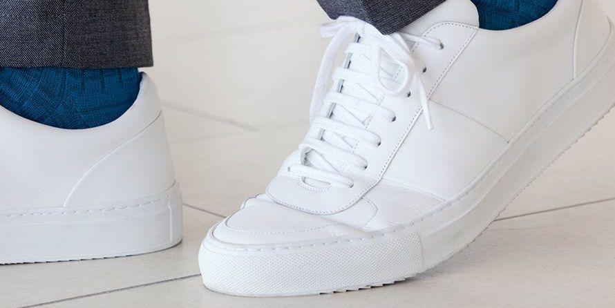 Sneakers onder pak