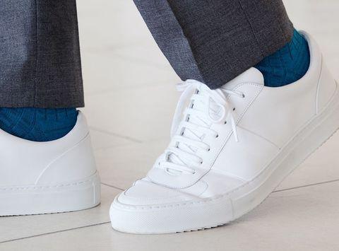 2053b1de6b0 Sneakers onder je pak? Zo doe je dat