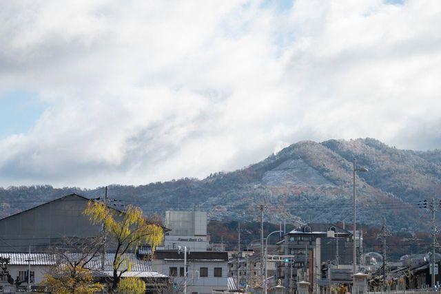 京都 初雪の北の山に浮かび上がる大文字