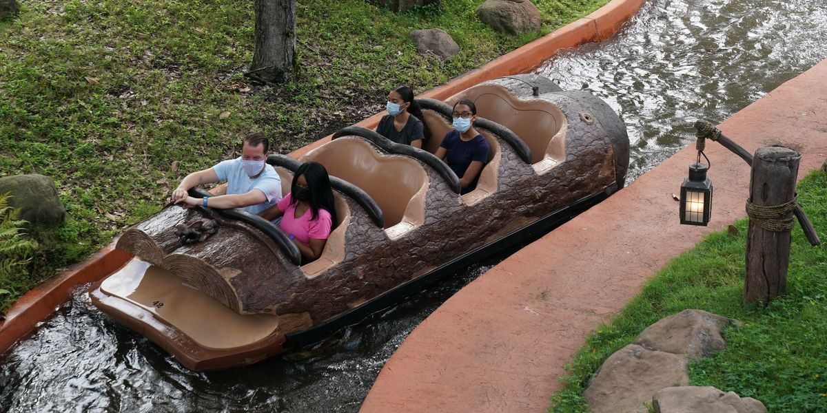 A Splash Mountain Log at Disney World Sinks During the Ride in This Intense Video