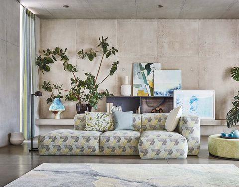 Salón con sofá tapizado con algodón Escher Multi, de Romo