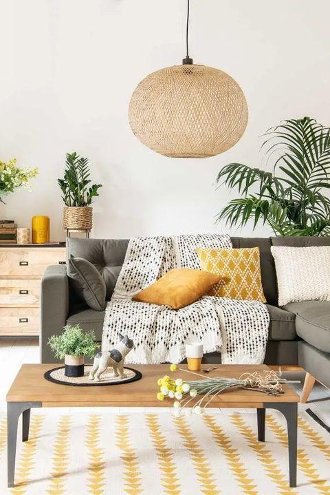 sofá con cojines