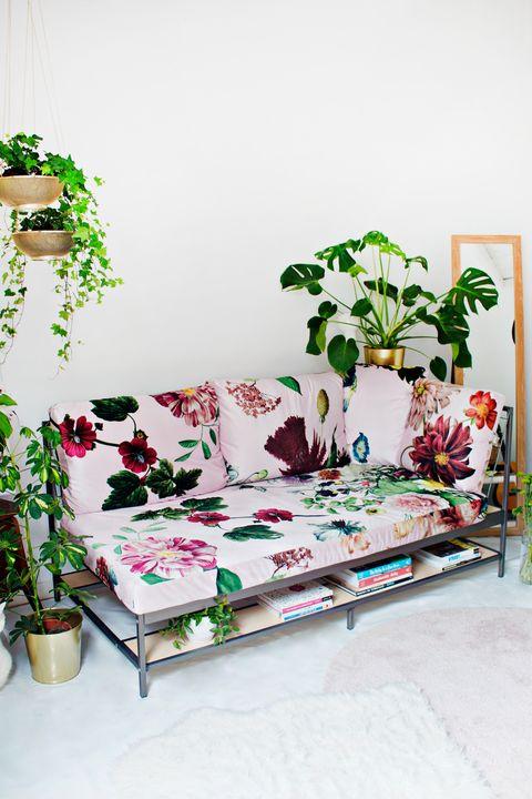 Sofá EKEBOL de IKEA con funda de flores