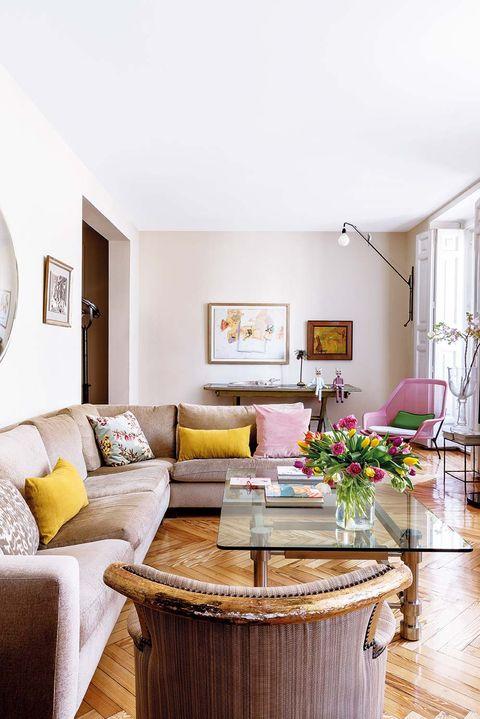 sofá rinconero en el salón tapizado en chenilla
