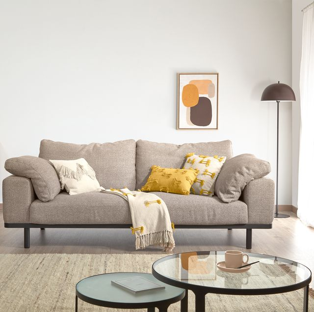 sofá noa de 3 plazas con cojines beige patas acabado oscuro de kave home