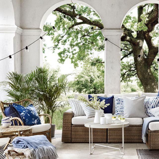 terraza con sofá sollerÖn de ikea