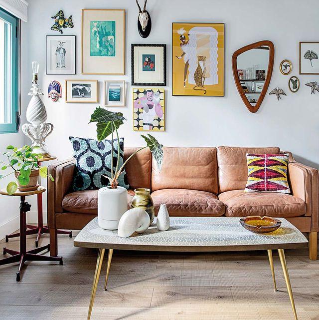distintos elementos decorativos en la pared