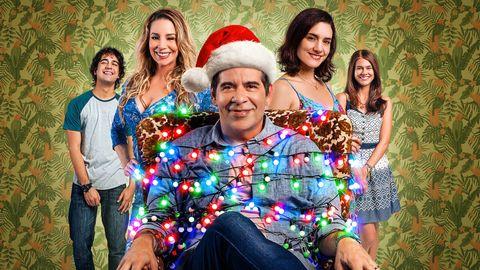 protagonista de solo otra navidad atado con luces navideñas, con su familia detras