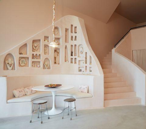 El estudioShamshiri diseña la nueva joyería deSonia Boyajian en Los Ángeles conestaterías deobra escultoricas y con chimenea excavada del mismo estiloinspiradas en lascuevas