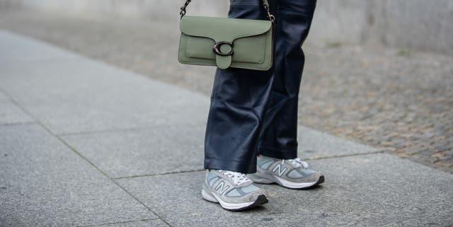 sneakers grises tendencia