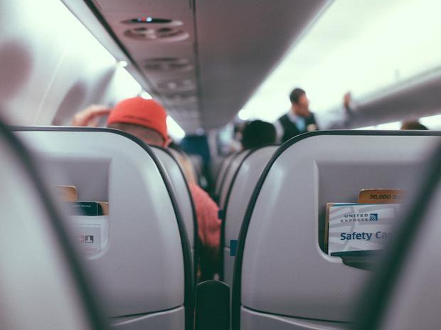 Sono uno chef di volo e vi dico cosa NON dovreste mai bere e mangiare in aereo