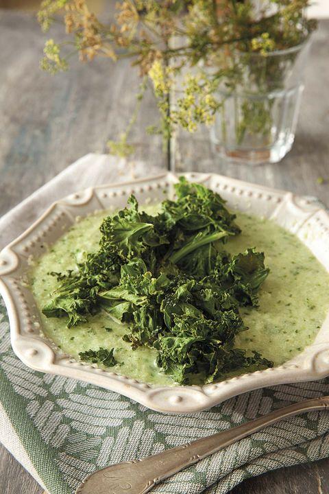 sopa con chips de kale