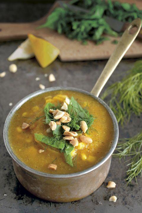 sopa de verduras con cacahuetes