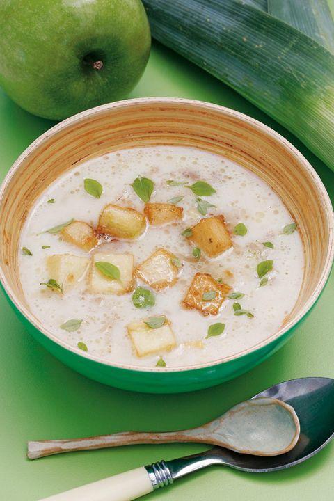 sopa de verduras y albahaca con manzana