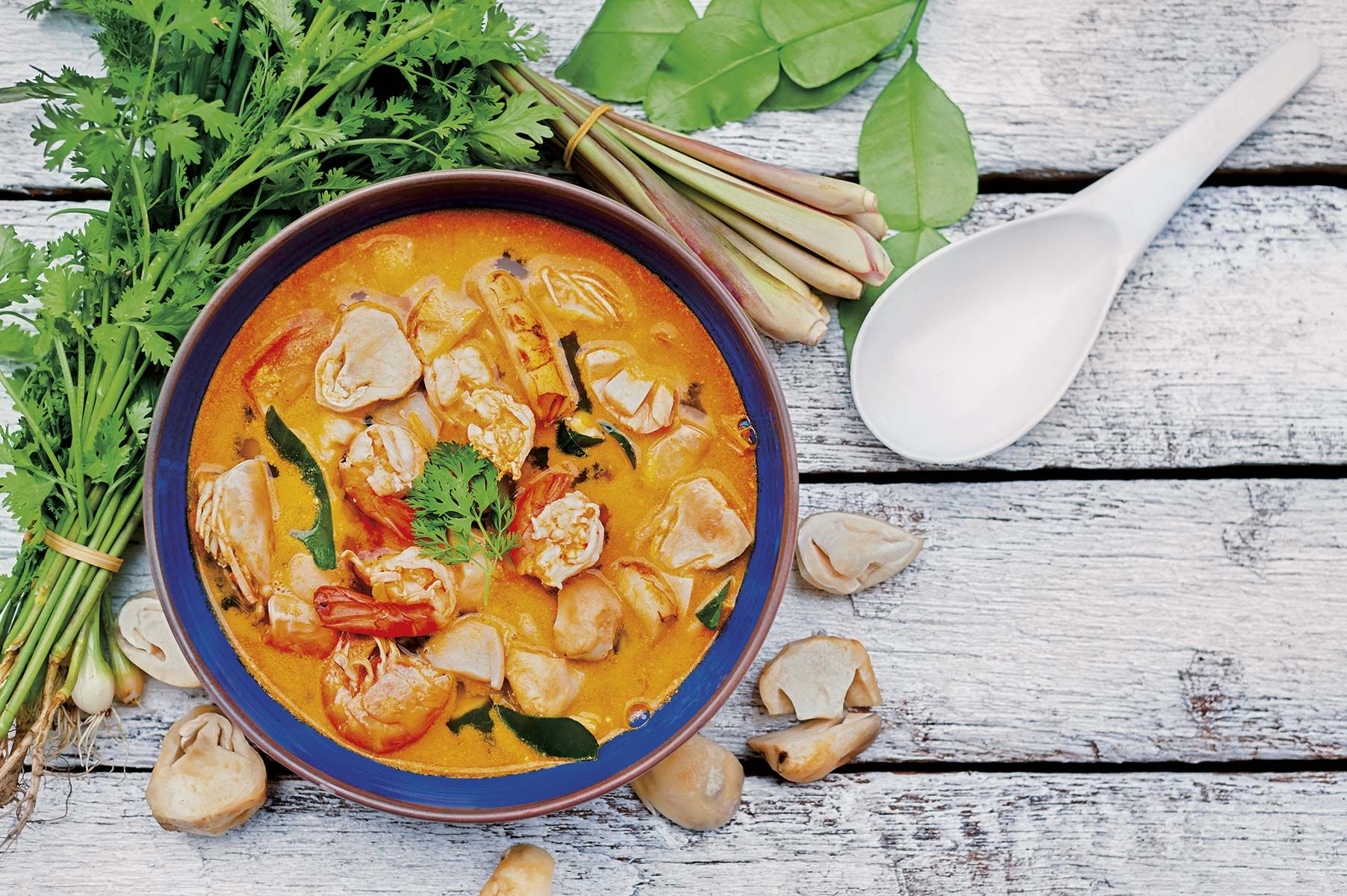 Sopa tailandesa de gambas y setas