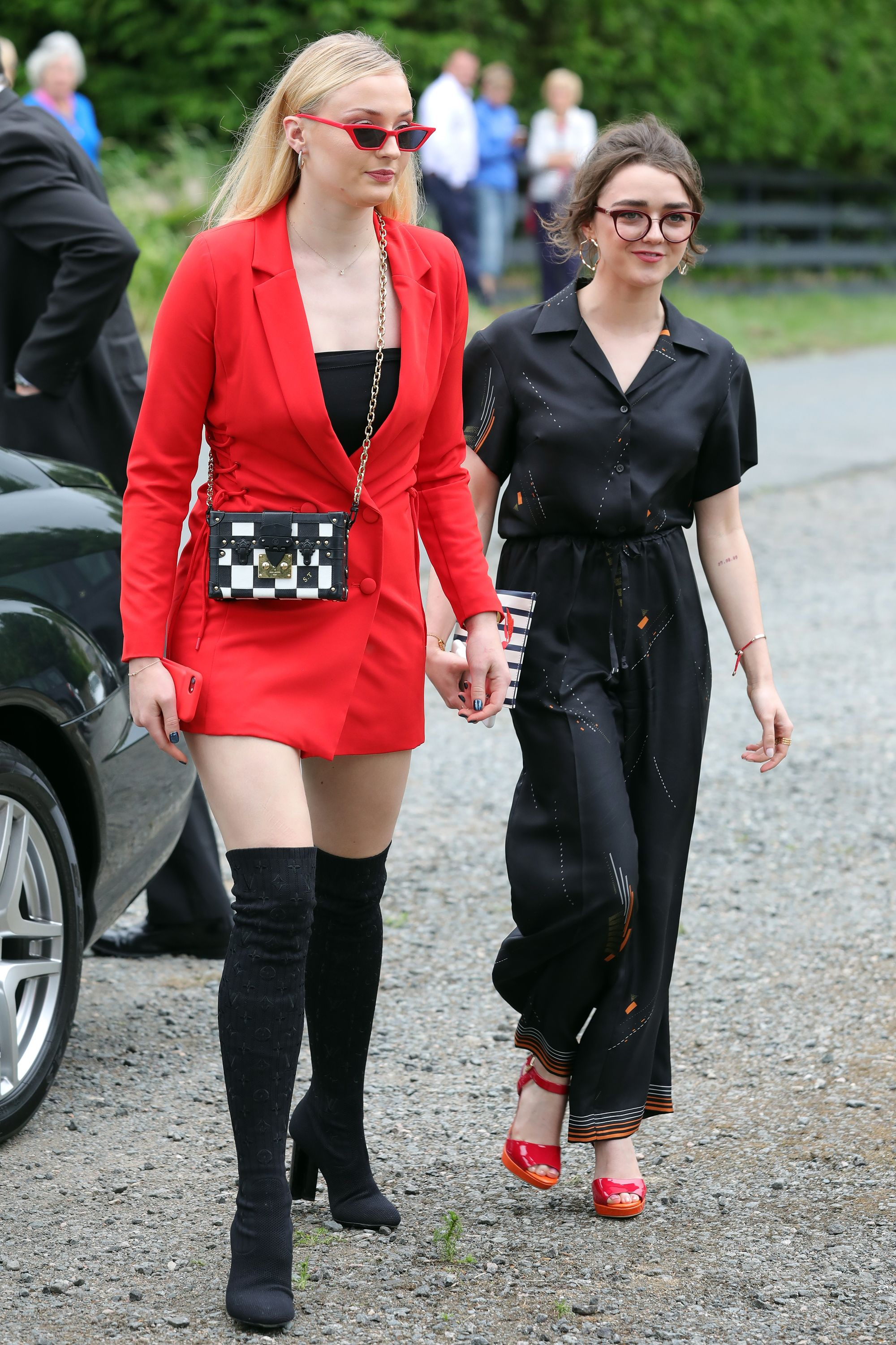 Game of thrones actress maisie williams and sophie turner
