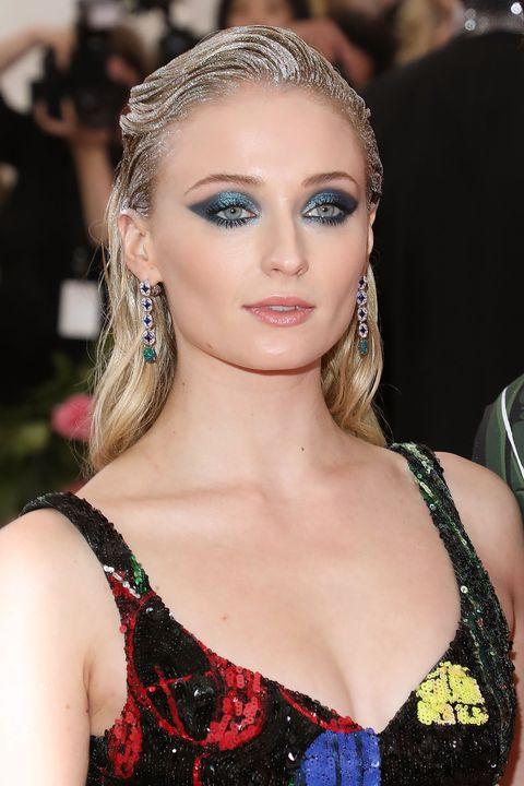 Sophie Turner bij het Met Gala met blauwe oogschaduw