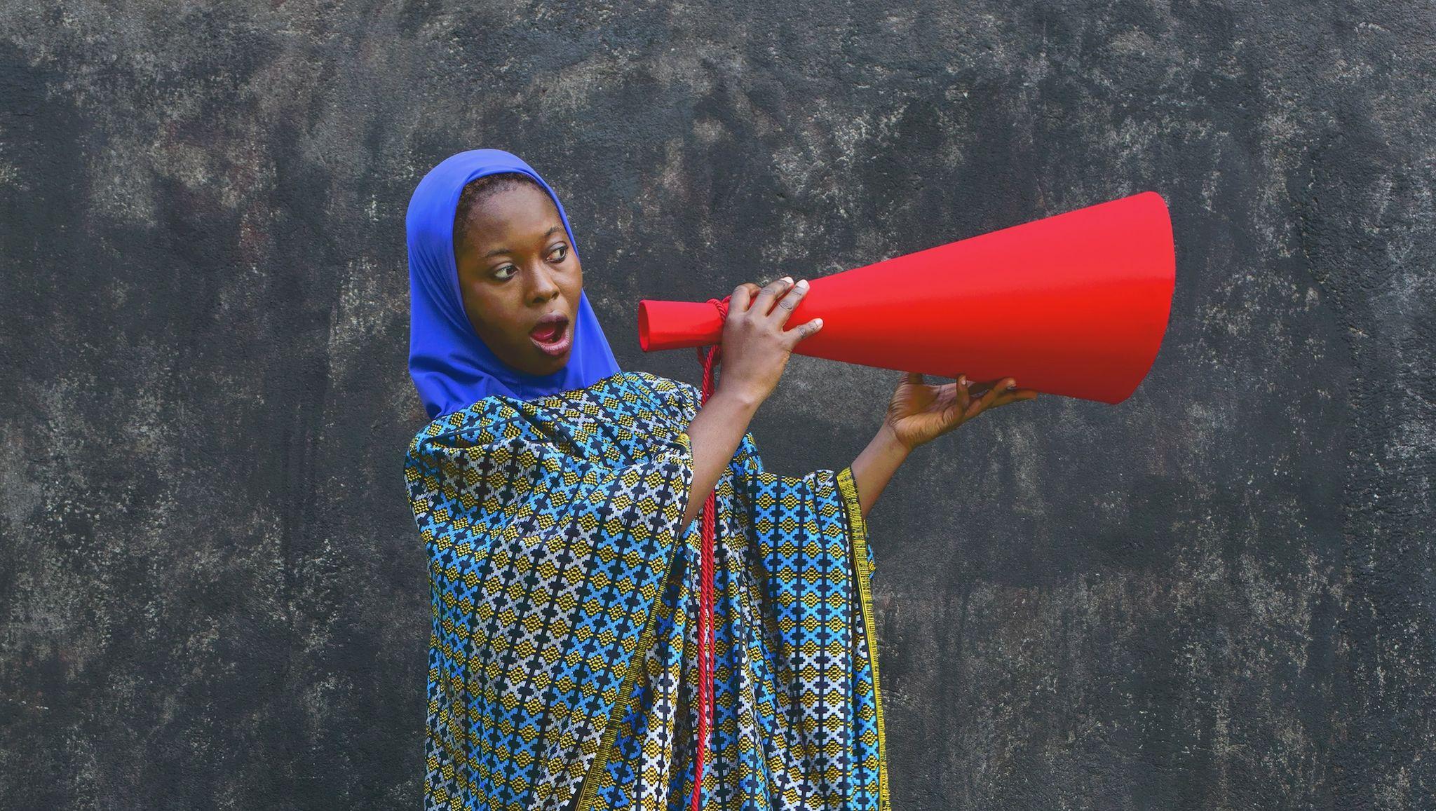 La spiritualità del mondo stanco di divisioni e barriere in mostra con le donne di Maïmouna Guerresi