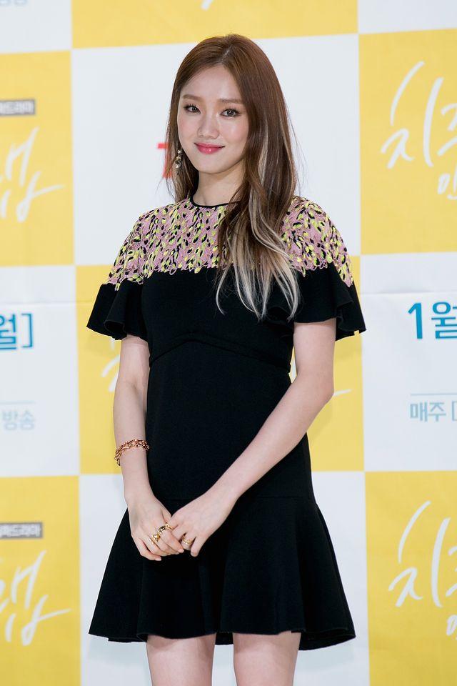 モデル出身の女優イ・ソンギョンが7月14日、韓国のバラエティ番組『セレモニークラブ』にゲスト出演。トークを展開する中で、役者として演じるキャラクターに合わせて体重を増量することへの思いを明かした。