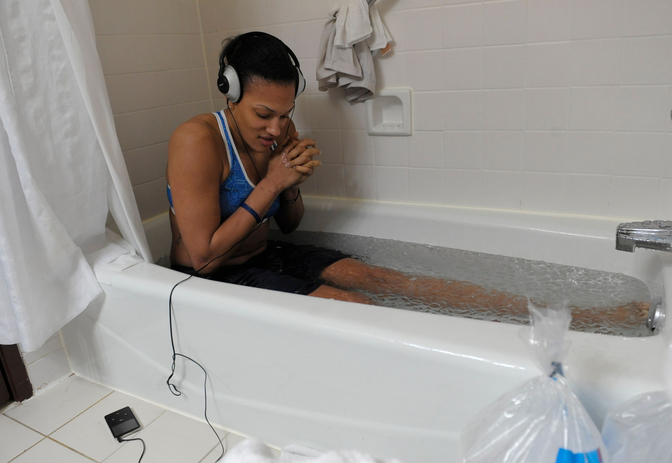 Ice Bath Benefits vs. Heat Therapy for Recovery