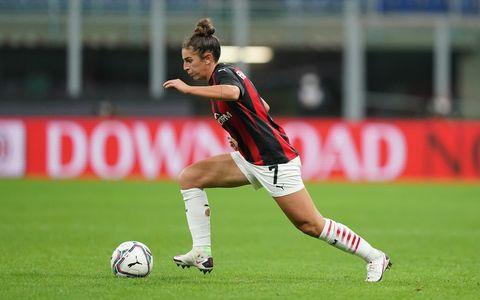 Ball, Football, Soccer ball, Human leg, Jersey, Shoe, Sports uniform, Sports equipment, Soccer player, Sportswear,