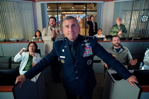 steve carell vestido de uniforme militar en una sala de situacion