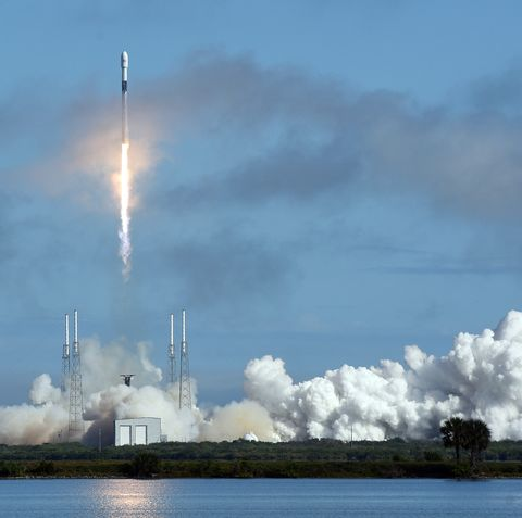 a spacex falcon 9 rocket carrying 60 starlink satellites