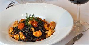 Spaghetti de tinta con langostinos al ajillo y cherry, plato del restaurante italiano Più Di Prima (Madrid)