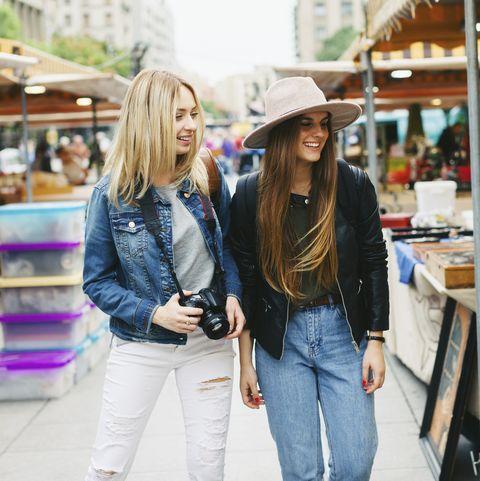 اسبانيا، برشلونة، اثنين النساء الشابات، عن، سوق البرغوث