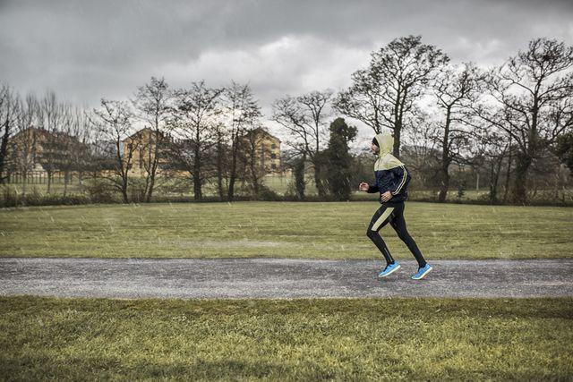 hombre corriendo con lluvia