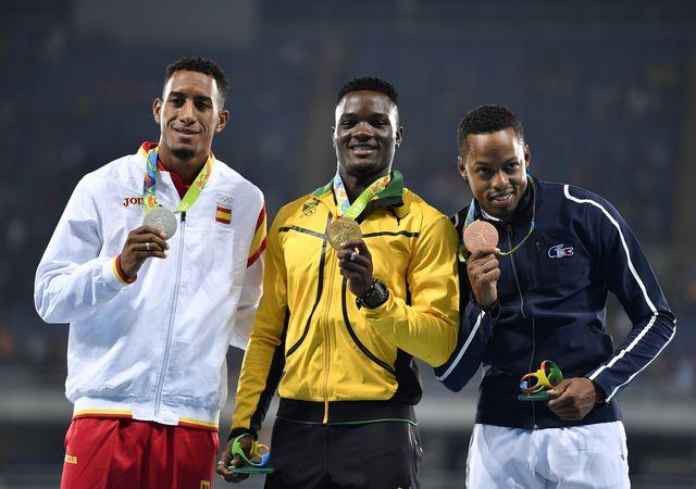 orlando ortega luce la medalla de plata en el podio de rio 2016
