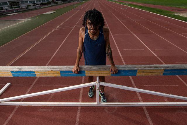 el atleta fernando carro posa con un obstáculo en el centro de alto rendimiento de madrid