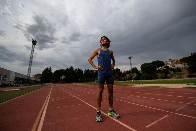 el atleta fernando carro posa para una foto con los brazos en jarras en el centro de alto rendimiento de madrid en el verano de 2020